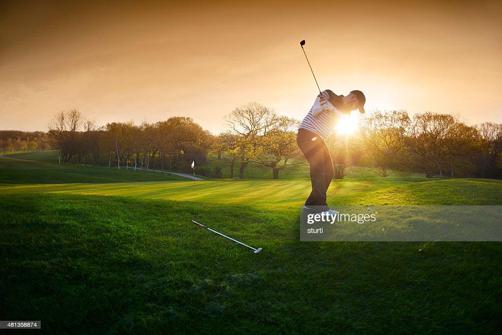 Leuchtendes Golfplatz mit chipping- auf die green golfer : Stock-Foto
