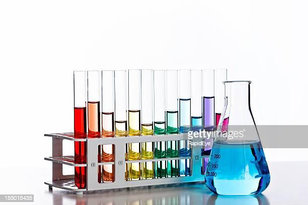 Leuchtendes Laborglas mit bunten Flüssigkeiten