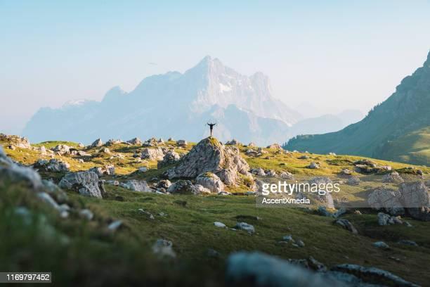 バックパッカーは、高い山道を探索 - 高い ストックフォトと画像