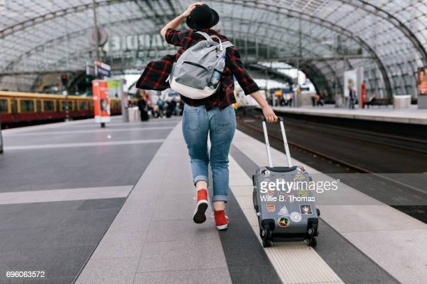 backpacker getting rushingto catch a train - bahnhof stock-fotos und bilder