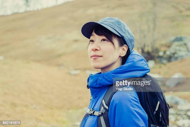 自然の中のハイキング バックパッカー