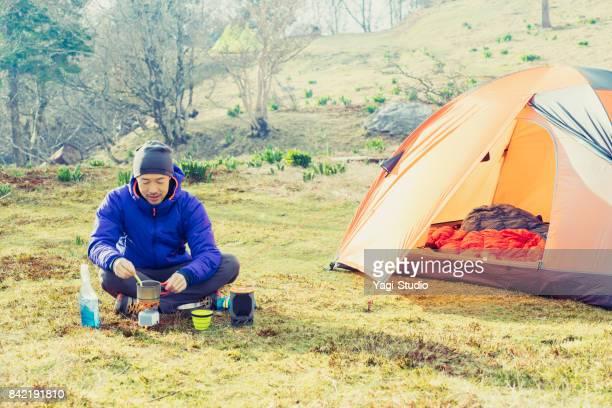 自然の中のハイキング バックパッカー - キャンプ ストックフォトと画像