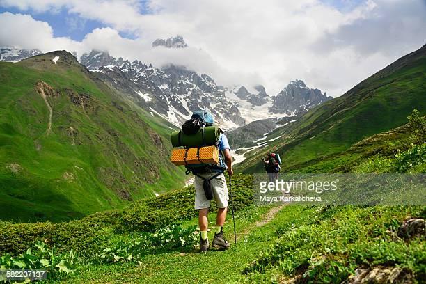 backpacker on nature trail in caucasus mountain - kaukasus geografische lage stock-fotos und bilder