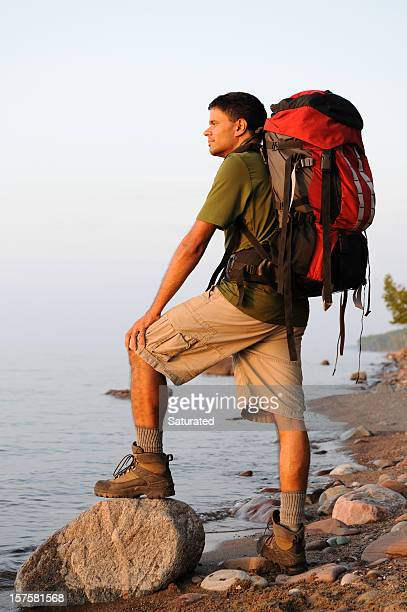 mochilero reposo en shoreline - parque estatal de porcupine mountains wilderness fotografías e imágenes de stock