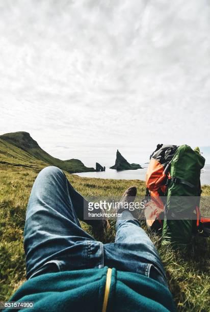 Backpacker som vilar på Färöarna