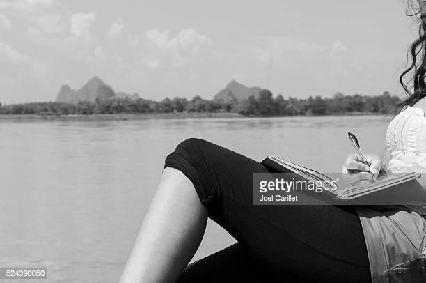 Mochileiro escrito em oficial no Rio Thanlwin, a Birmânia