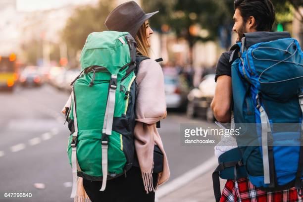 Backpackers paar wandelen achteraanzicht