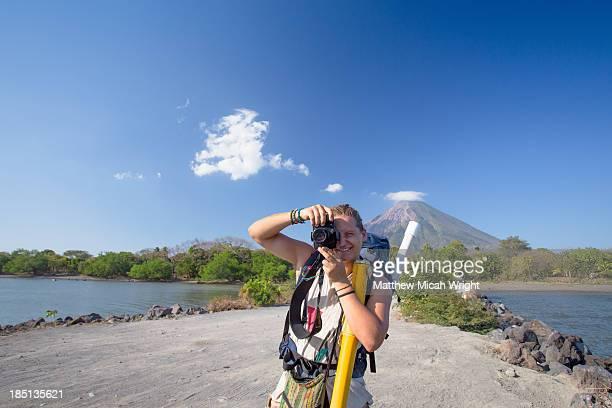 backpackers head onto the isle of ometepe - nicaragua fotografías e imágenes de stock