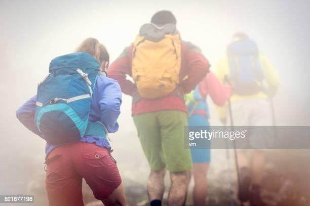 wandelen in een mist backpackers - wandelschoen stockfoto's en -beelden