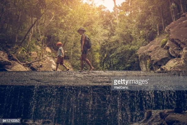 rucksacktouristen im regenwald - thailand stock-fotos und bilder