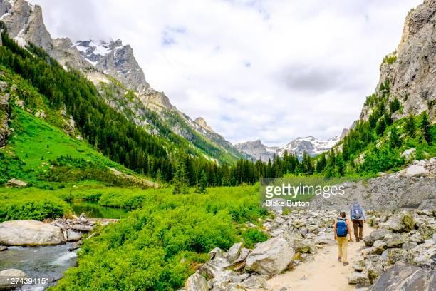 backpackers ingrand teton national park, wyoming, usa - グランドティトン国立公園 ストックフォトと画像