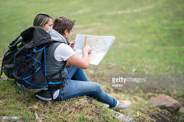 Wanderer, die auf einer Karte anzeigen
