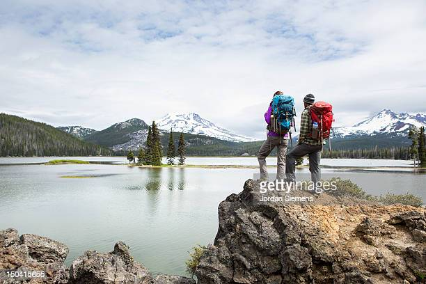 backpackers standing on a scenic lookout. - oben stock-fotos und bilder