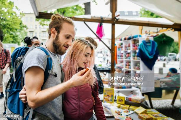 "backpacking couple exploring local market""u2019s wares - markt stockfoto's en -beelden"