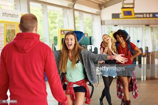 Backpacking Freunde kommen Sie zu Hause mit Ihren Lieben