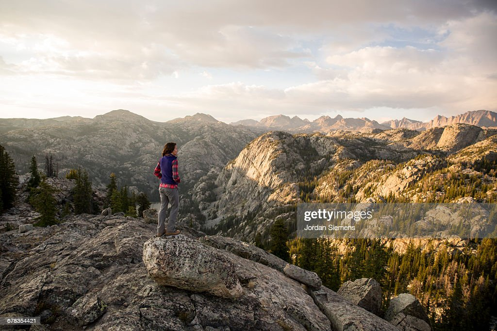 backpaking in the mountains ストックフォト getty images