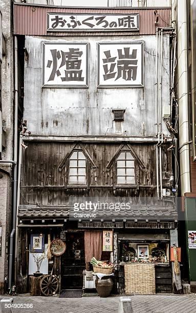 der backstreet alley und alte gebäude in tokio - shinjuku bezirk stock-fotos und bilder