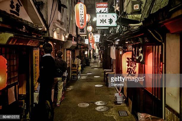 der backstreet alley in tokio - shinjuku bezirk stock-fotos und bilder