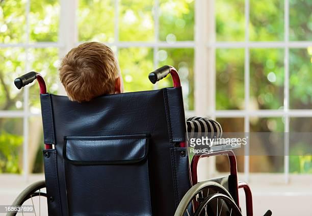 backview 車椅子をくすぐる少年庭園とお遊びにはできません。 - 麻痺 ストックフォトと画像