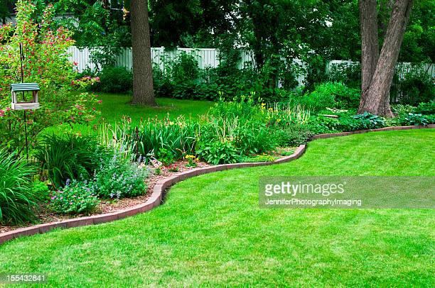 patio del jardín y jardín - valla límite fotografías e imágenes de stock