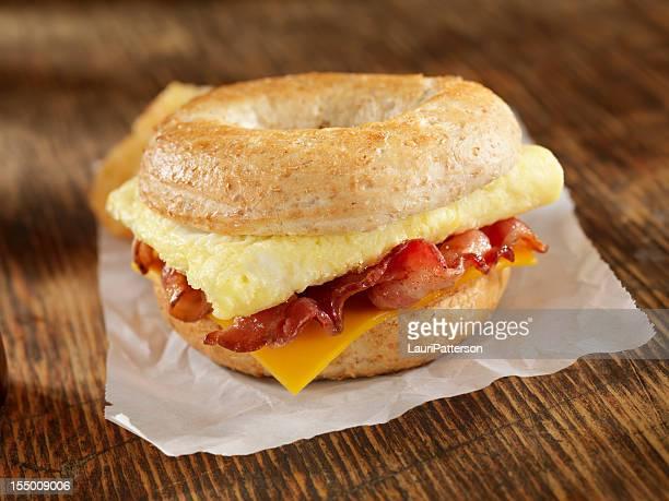 Tocino y huevos un sándwich de desayuno