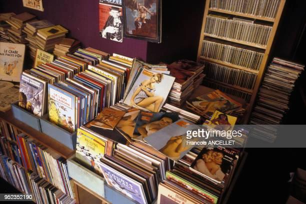 Bacs de bandes dessinées et de revues érotiques dans une librairie à Paris France