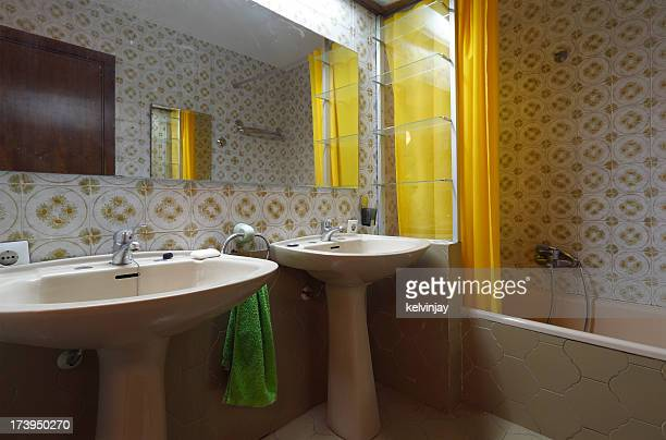 Bad 1970s bathroom
