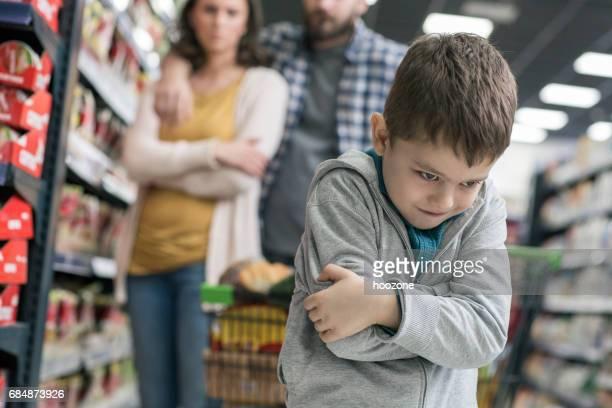 Slechte jongen in supermarkt