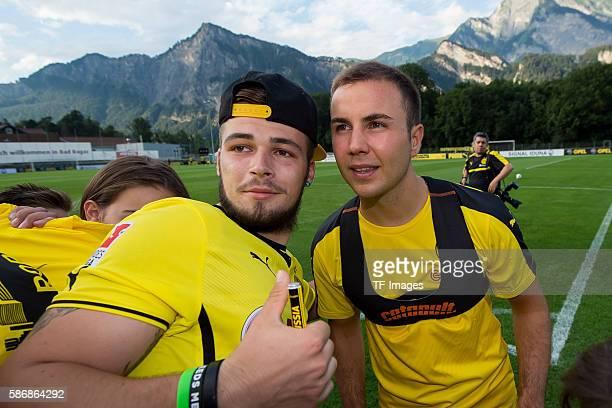Bad Ragaz, Schweiz , Trainingslager BV Borussia Dortmund, BVB, Mario Goetze schreibt autogramme