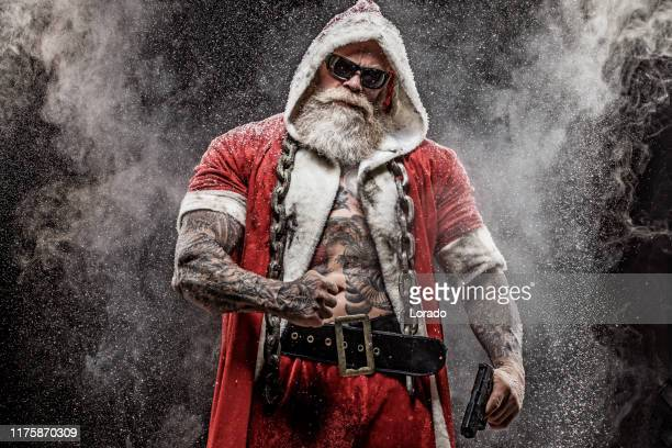 bad santa claus mit pistole - bad santa stock-fotos und bilder