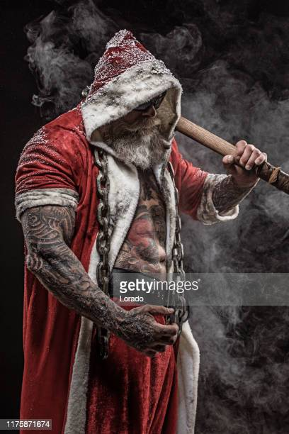 bad santa claus mit hammer - bad santa stock-fotos und bilder
