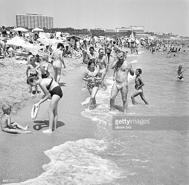 Badegäste am Schwarzmeerstrand in Eforie Nord/Rumänien 1966 eingescannt