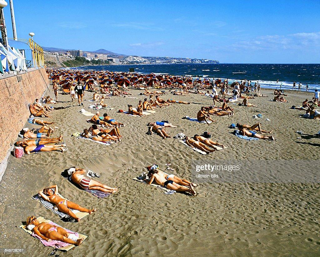 Badegäste Sonnengäste am Strand von Playa del Ingles 1979