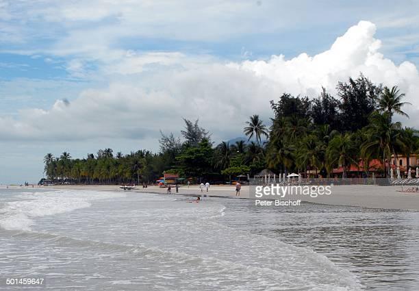 Badende Einheimische und Touristen Strand von Pantai Cenang Insel Langkawi Malaysia Asien Meer Boote am Strand Reise NB DIG PNr 1836/2011