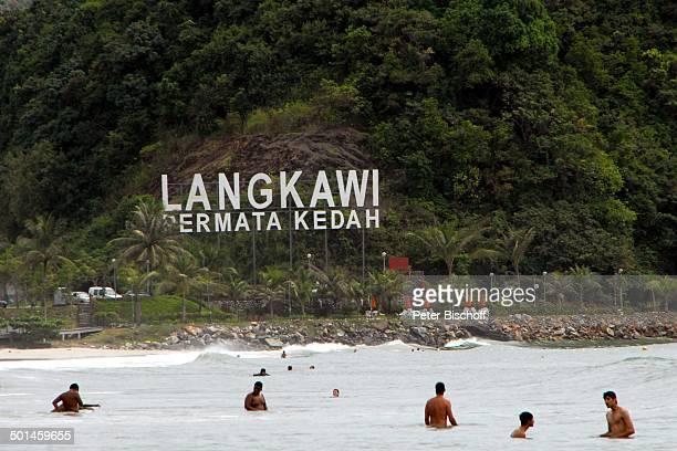 Badende Einheimische und Touristen Strand von Pantai Cenang Insel Langkawi Malaysia Asien Meer Logo Reise NB DIG PNr 1836/2011