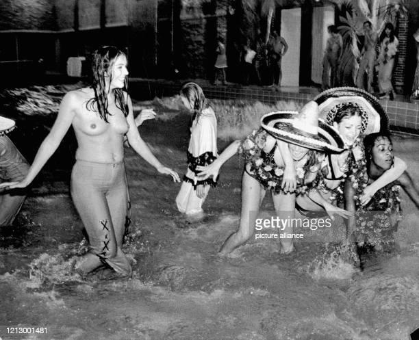 Badenixen genießen bei der Eröffnung des WellenHallenbades am 30 September 1970 in Ruhpolding das erste Wellenbad in den Alpen Die Gemeinde...
