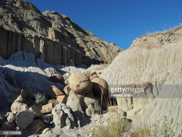 badlands and cannon ball concretions along the little missouri river, north dakota - ノースダコタ州キャノンボール ストックフォトと画像