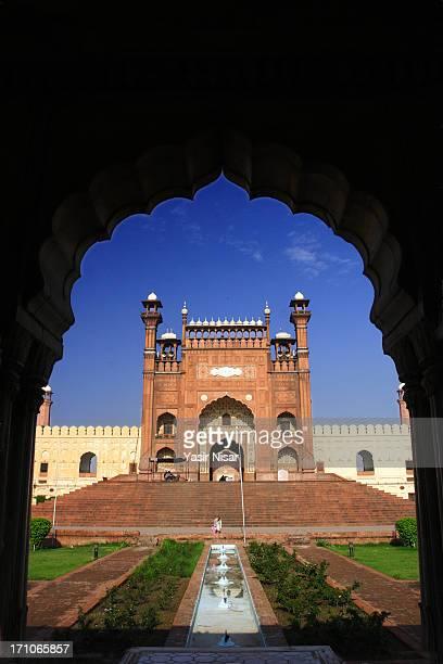 badshahi masjid - pakistani culture stock photos and pictures