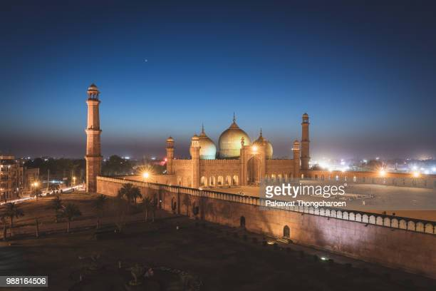 badshahi mosque at twilight in lahore, pakistan - lahore pakistan stock pictures, royalty-free photos & images