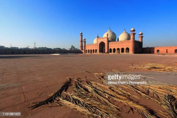 badshahi mosque lahore - バドシャヒモスク ストックフォトと画像