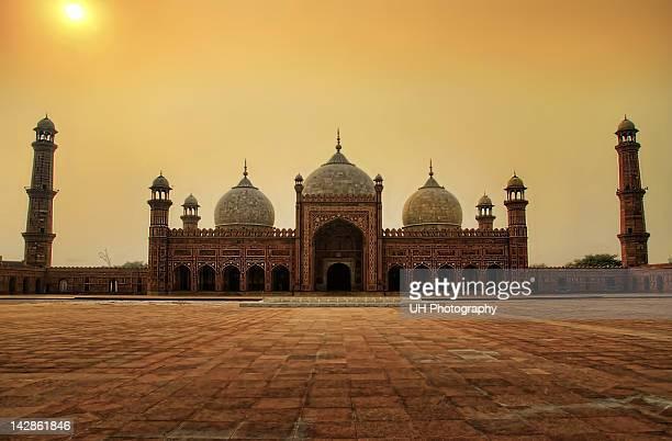 badshahi mosque - バドシャヒモスク ストックフォトと画像
