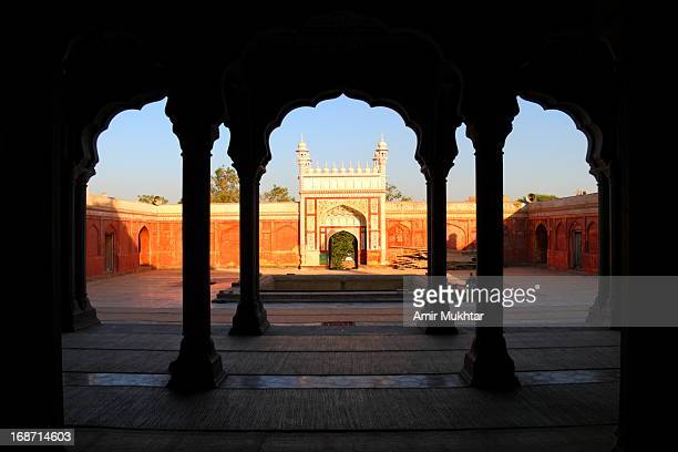 badshahi mosque (chiniot, pakistan) - badshahi mosque stock pictures, royalty-free photos & images