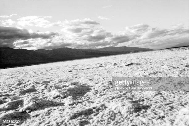 badwater basin salt flats, death valley, california - inclinando se - fotografias e filmes do acervo