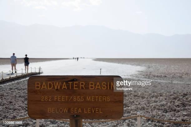 badwater basin with people walking on salt flats - fotofojanini foto e immagini stock