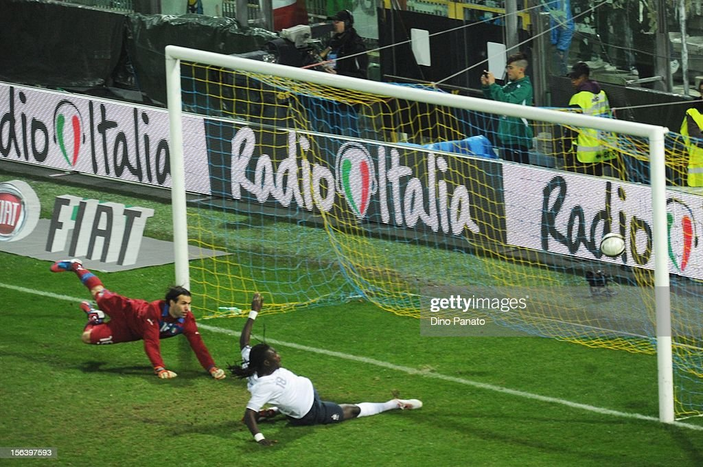 Bafetimbi Gomis (R) of France scores their second goal during the international friendly match between Italy and France at Stadio Ennio Tardini on November 14, 2012 in Parma, Italy.