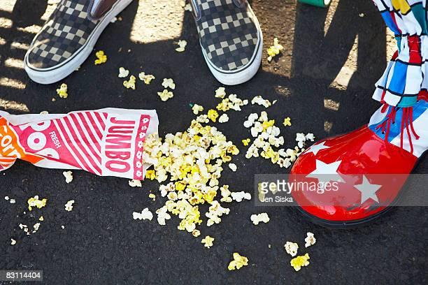 bag of popcorn on the ground at an amusement park - onderste deel stockfoto's en -beelden