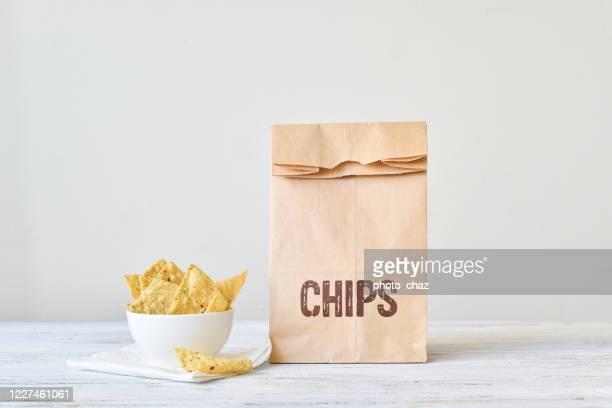 ボウルにトルティーヤナチョチップスの袋 - 塩味スナック ストックフォトと画像