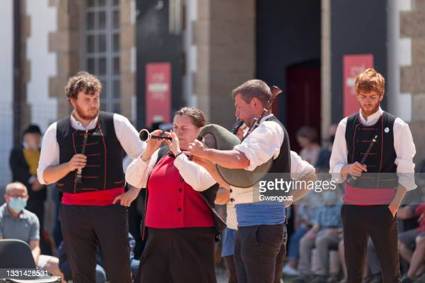 bagad in traditional costume playing bombard and binioù - gwengoat stock pictures, royalty-free photos & images