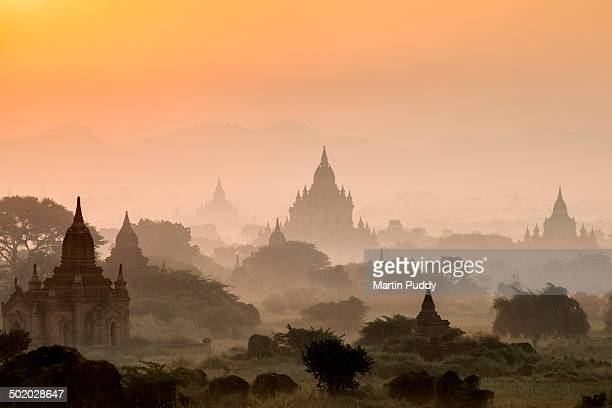 bagan, ancient temples in mist at sunrise - myanmar fotografías e imágenes de stock