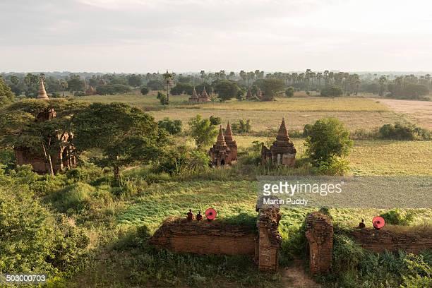 bagan, buddhist monks sitting amongst ruins - buddhismus stock-fotos und bilder